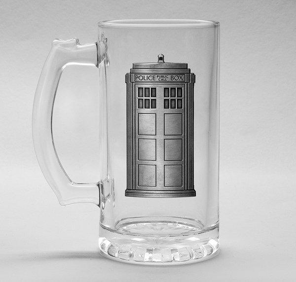 DOCTOR WHO - Beer Glass 500ml Metal Badge - Tardis